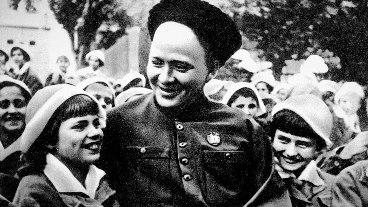 Аркадий Гайдар с пионерами